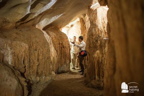 Visit Ho Dong Tien Cave